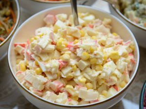 Sałatka majonezowa z surimi i kukurydzą
