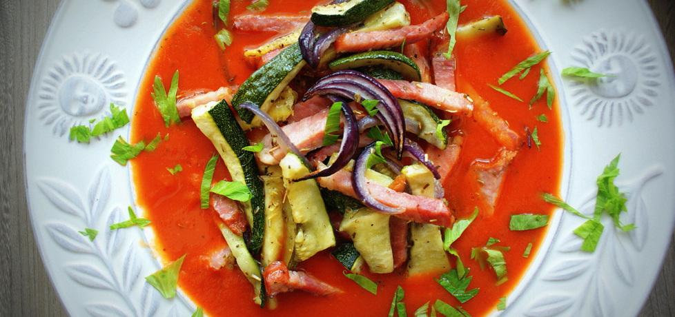 Krem pomidorowy z frytkami z cukini i szynki złocistej, podawany z ...