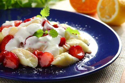 Pierogi leniwe z truskawkami i jogurtem