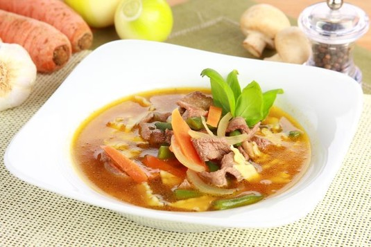 Zupa z kawałkami wołowiny i makaronem