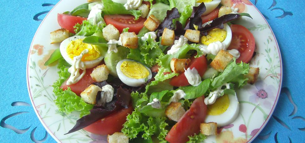 Sałatka z grzankami, jajkiem i pomidorami malinowymi (autor ...