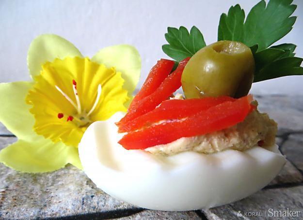 Jajka nadziewane papryką i oliwkami