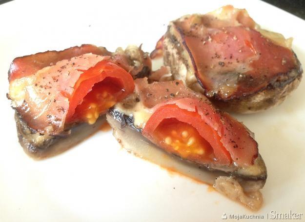 Pieczone pieczarki z pomidorami i szynką parmeńską