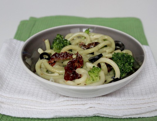 Makaron z brokułami i suszonymi pomidorami w sosie serowym ...