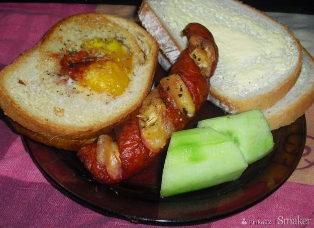 Chleb zapiekany z jajkiem i kiełbasa z serem i cebulką
