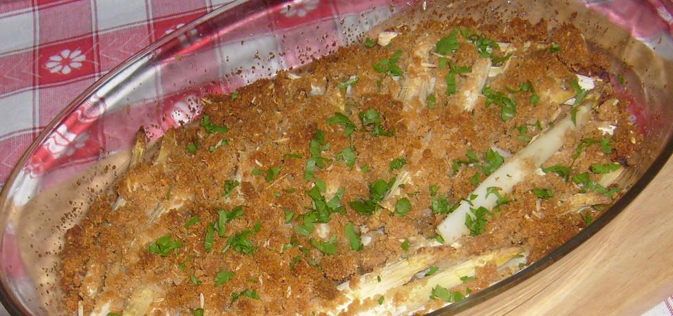 Szparagi zapiekane pod kruszonką z sera i bułki tartej