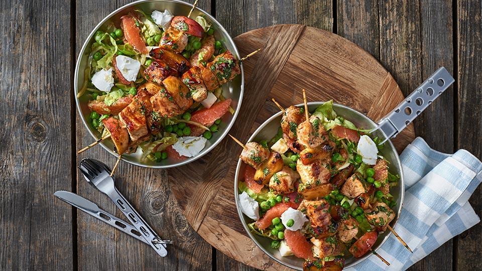 Szaszłyki z indykiem i brzoskwiniami w sosie sojowym z sałatką z