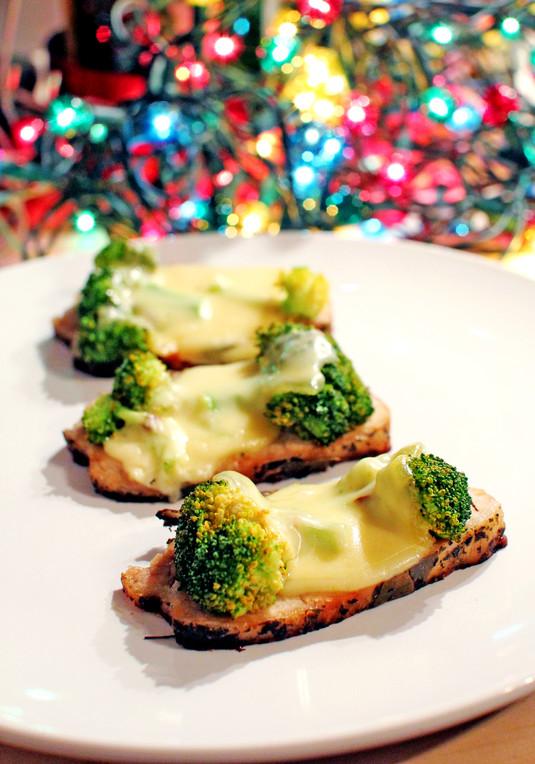 Medaliony schabowe zapiekane z brokułami pod kołderką sera ...