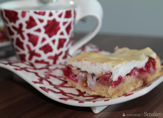Kruche ciasto z malinami pod bezową pierzynką