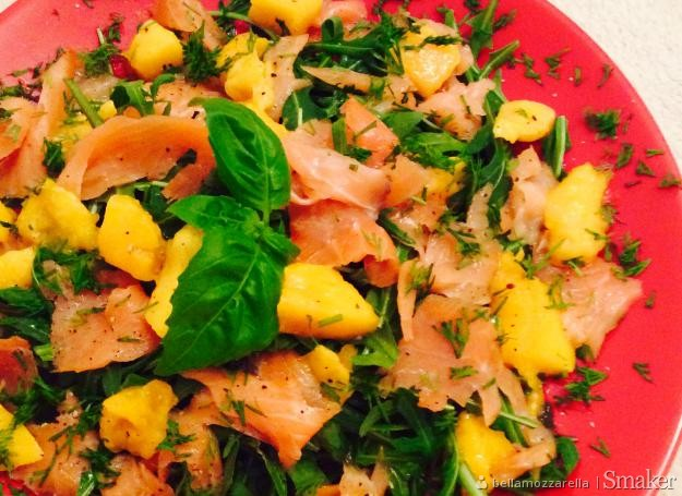 Sałata z łososiem,mango i rucolą