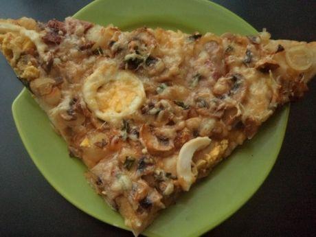 Przepis  wiejska pizza z jajkiem i kielbasą przepis
