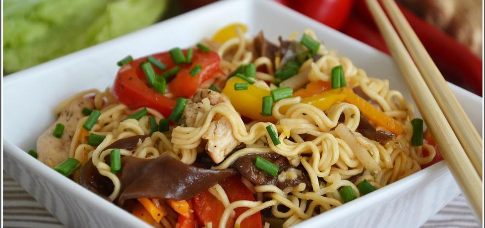 Smażony makaron z kurczakiem, warzywami i grzybami mun