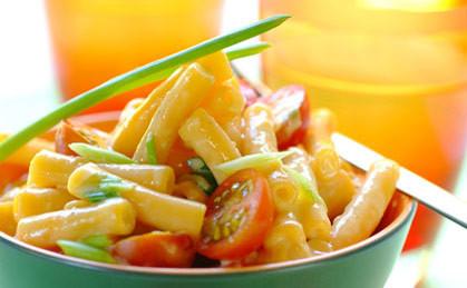 Serowy makaron z pomidorkami i cebulką