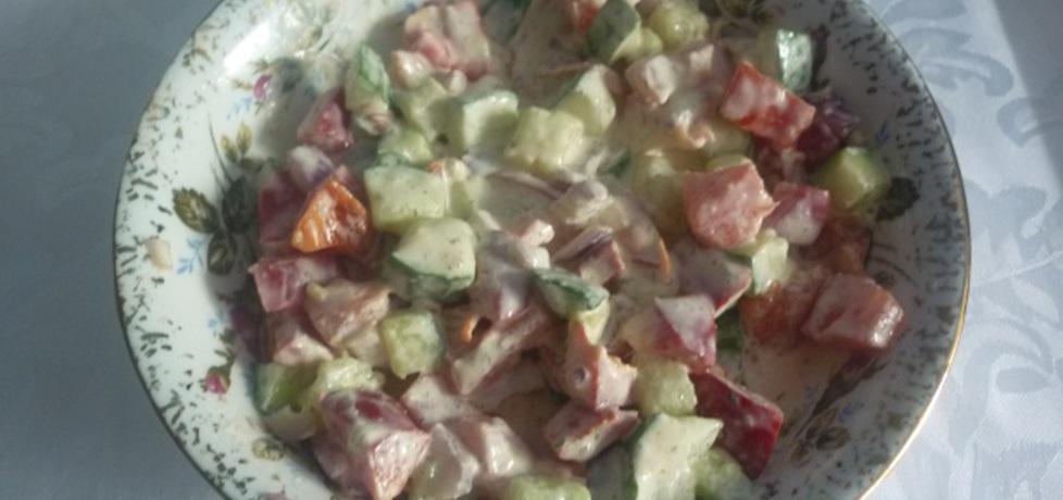Surówka z pomidora, ogórka i cebuli w sosie czosnkowym (autor ...