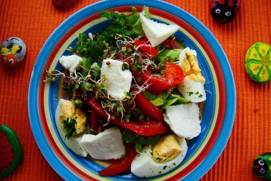 Sałatka wielkanocna z sosem greckim