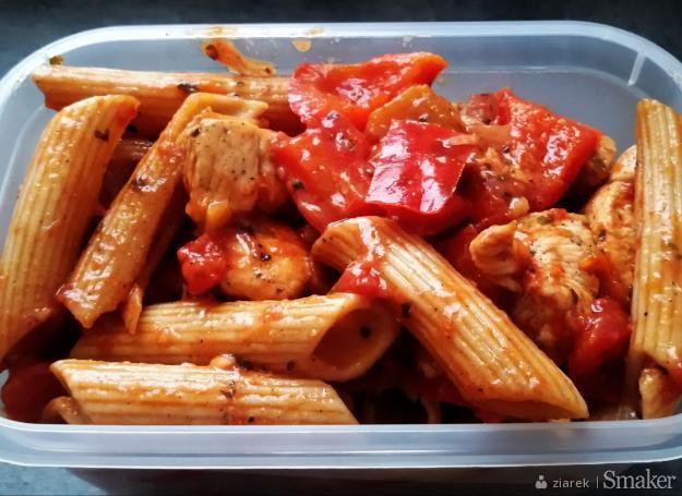 Makaron z kurczakiem, pomidorami, papryką