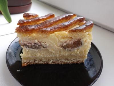 Drożdżowy placek z serem i śliwkami