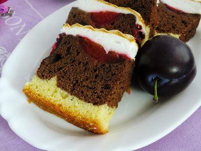 Dwukolorowe ciasto ze śliwkami i bezą