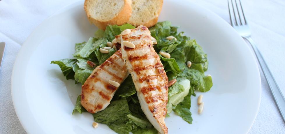 Grilowana pierś kurczaka na sałacie rzymskiej z prażonymi ...