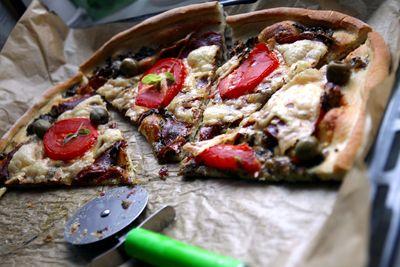 Domowa pizza salami,ser i pomidory
