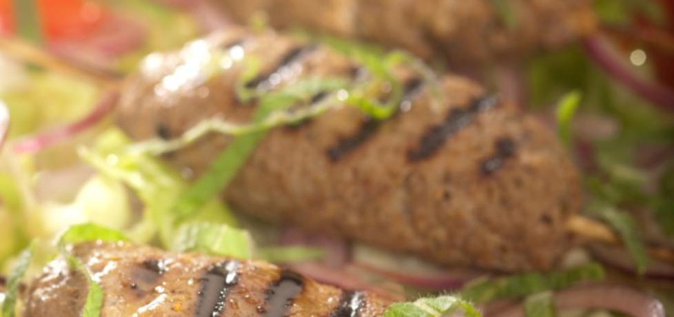 Grill: szaszłyczki z mięsa baraniego z kardamonem podane z ...