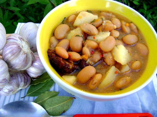 Zupa fasolowa z wędzonym boczkiem i czosnkową nutą