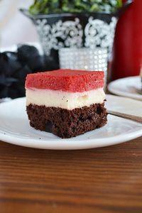 Ciasto czekoladowe z masą budyniową i musem truskawkowym ...