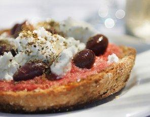 Grzanki z serem feta i pomidorami