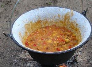 Węgierski gulasz z kociołka  prosty przepis i składniki