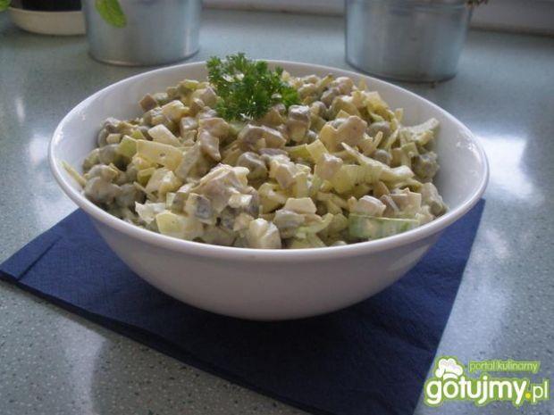 Przepis  sałatka z pieczarkami i zielonym groszki przepis
