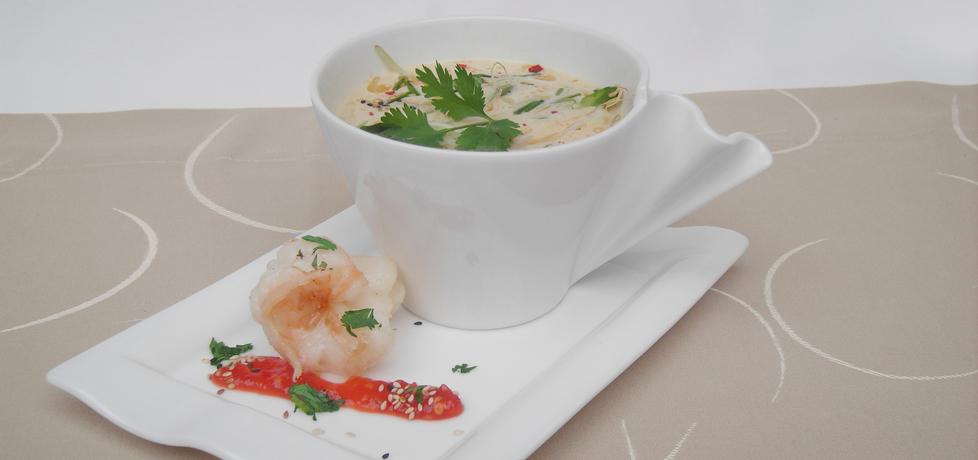 Zupa tajska z kurczakiem, krewetkami, mlekiem kokosowym i świeżą ...
