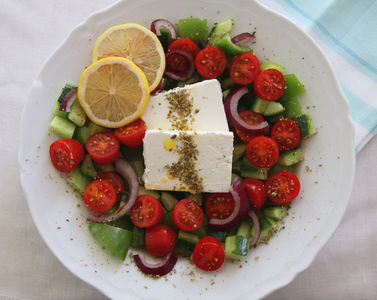 Sałatka z fetą, pomidorami, papryką i ogórkiem