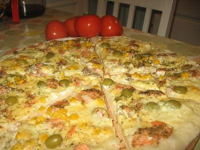 Pizza bianca z wędzonym łososiem