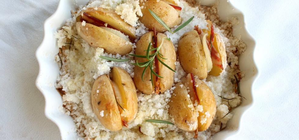 Ziemniaki z boczkiem i cebulką pieczone w gruboziarnistej soli ...
