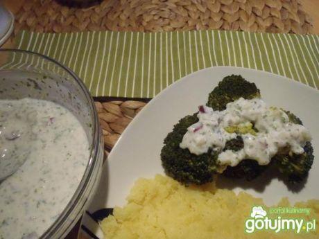 Przepis  brokuły z sosem jogurtowo-cebulowym przepis