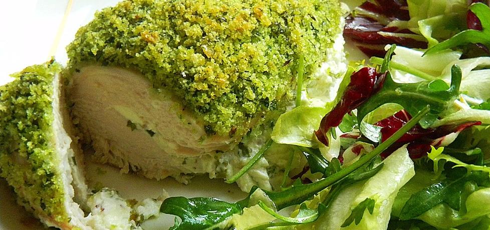 Filet z kurczaka nadziewany kozim serkiem w zielonej panierce ...