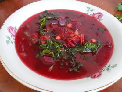 Zupa buraczkowa z jarmużem i ciecierzycą