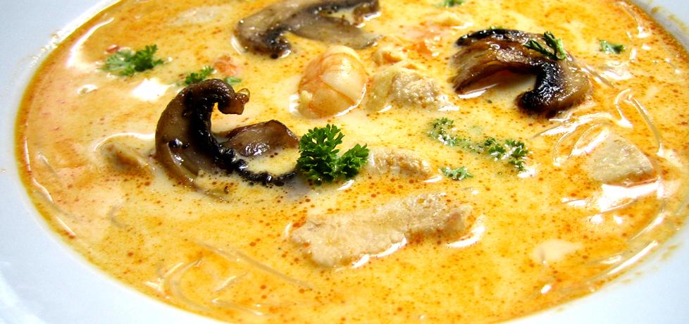 Zupa tajska z krewetkami, kurczakiem i pieczarkami