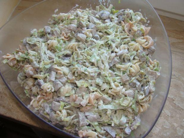 Przepis  sałatka z makaronem i pieczarkami przepis