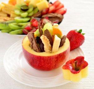 Jabłka nadziewane owocami i ciasteczkami
