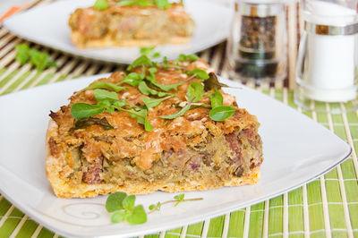 Tarta marchewkowa z zieloną soczewicą, kiełbaską i rukolą ...