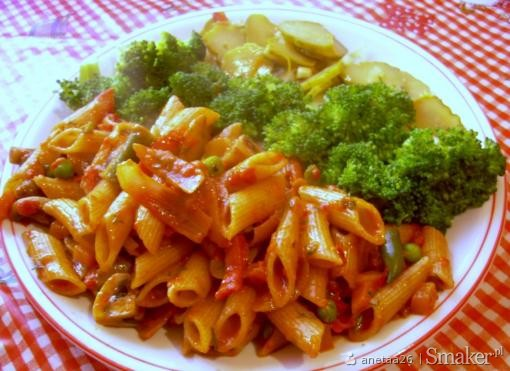 Makaron razowy z warzywami, pieczarkami i ajwarem