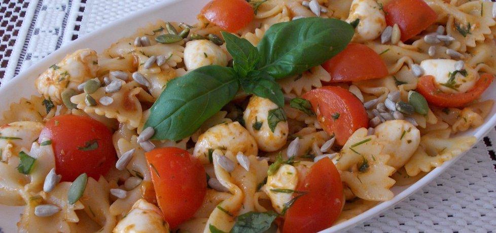 Sałatka makaronowa z pesto, mozzarellą i świeżą bazylią (autor ...
