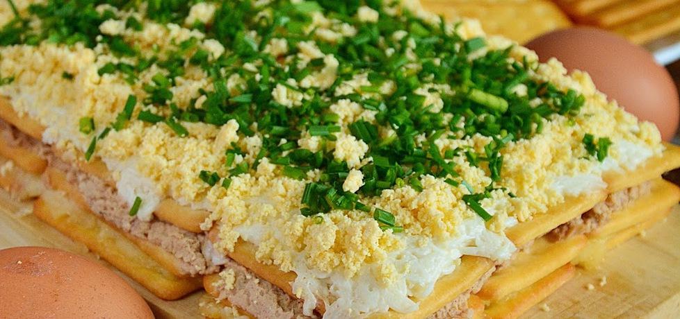 Sałatkowe ciasto czyli sałatka z tuńczykiem na krakersach (autor ...