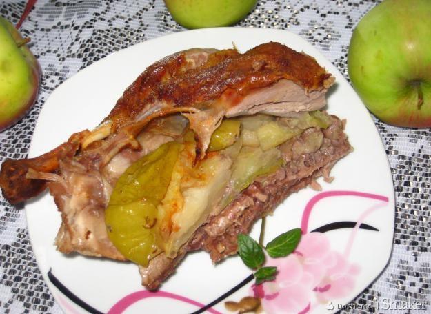 Kaczka pieczona z jabłkami.