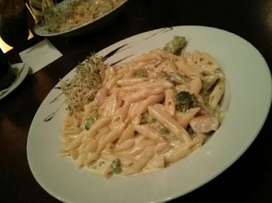 Makaron z brokułami i kurczakiem w sosie śmietanowym