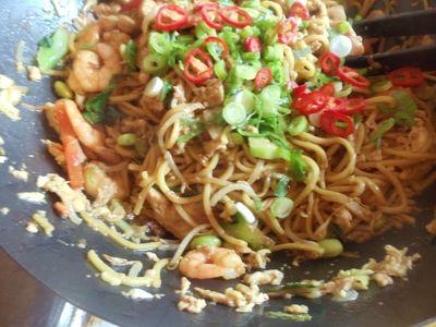 Chiński makaron chow mein z jajkiem, krewetkami i kurczakiem ...
