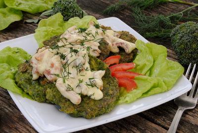 Brokułowe placuszki z sosem na boczku
