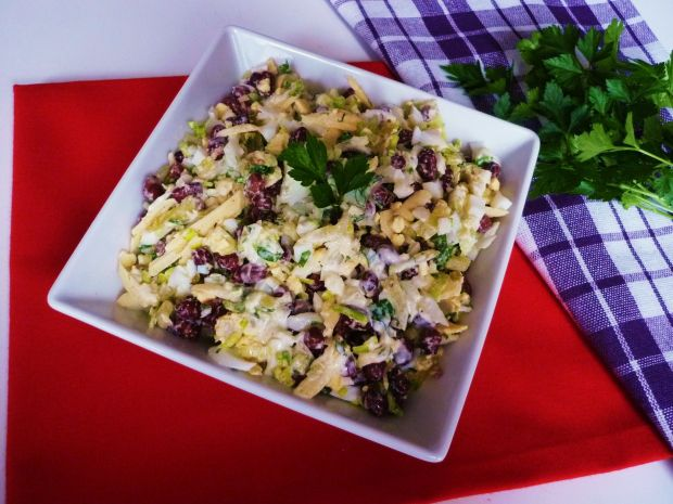 Przepis  sałatka z fasolką i żółtym serem przepis