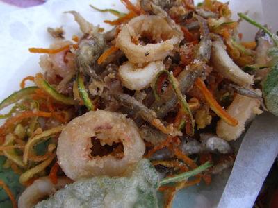 Smażone owoce morza, ryby i warzywa (fritto misto ...